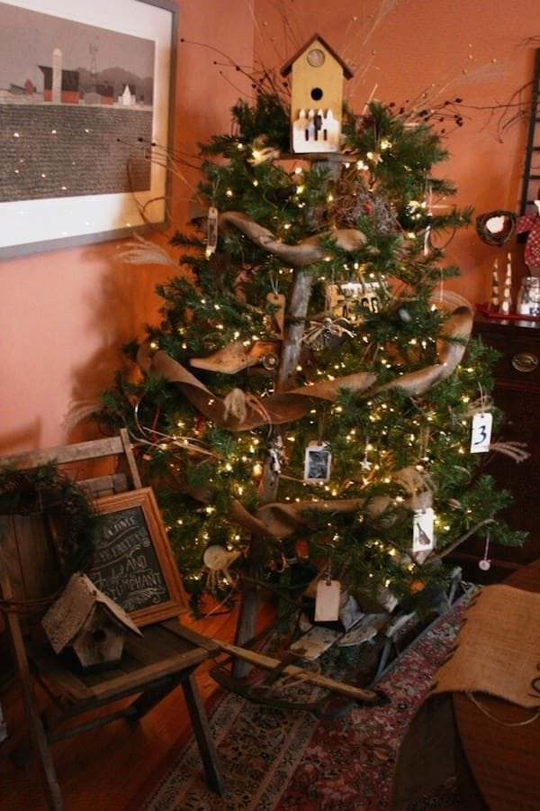 12-creative-ways-to-build-a-christmas-tree-in-an-apartment