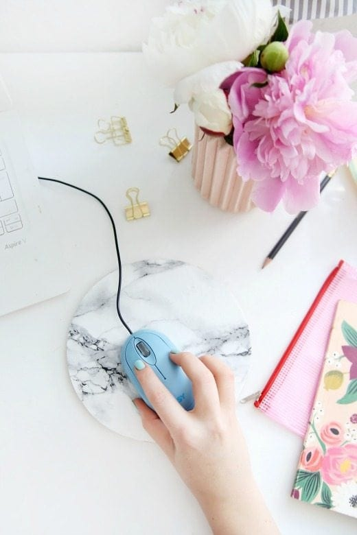 DIY Marble Mousepad - These DIY Faux Marble Decor tutorials are surprisingly easy and budget friendly. Whether you want to tackle a faux-finish or use marble contact paper, there are DIY ideas for every decorator | faux marble counter tops, coffee tables, and decor accessories.