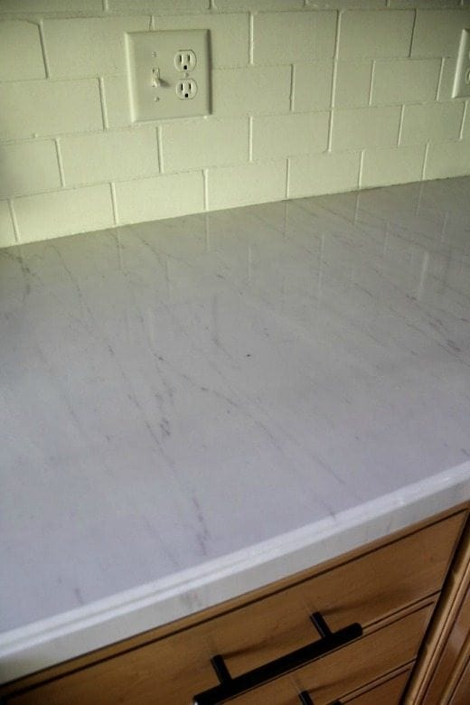 DIY Faux Marble Countertops - These DIY Faux Marble Decor tutorials are surprisingly easy and budget friendly. Whether you want to tackle a faux-finish or use marble contact paper, there are DIY ideas for every decorator | faux marble counter tops, coffee tables, and decor accessories.